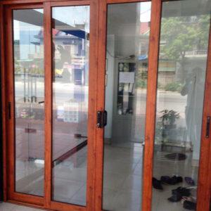 so sánh cửa nhôm kính và cửa gỗ